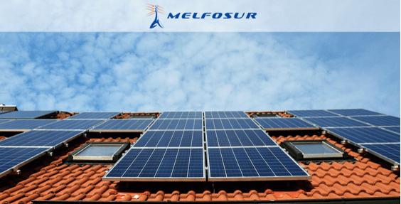 Unas placas solares en un tejado en el que se ha instalado energía solar térmica y fotovoltaica.