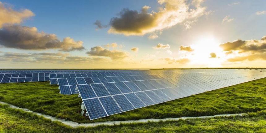 Un huerto solar en una parcela en el campo