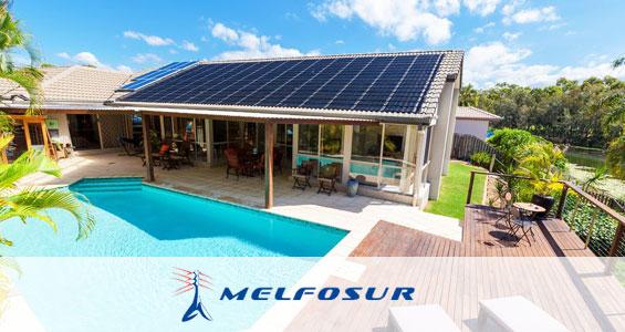 Una casa que aprovecha la energía solar para calentar el agua de su piscina