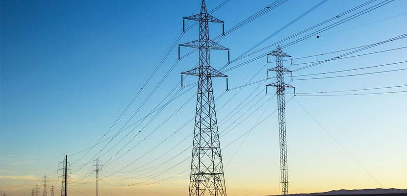 Unos tendidos eléctricos en relación con los servicios de subestaciones eléctricas de Melfosur