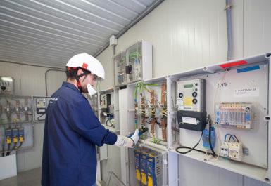 Operario Melfosur realizando Mantenimiento Instalaciones eléctricas