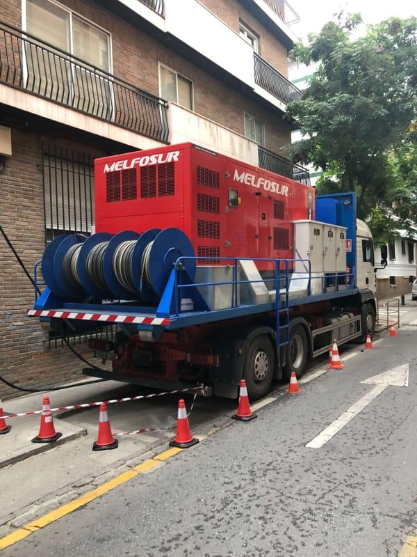 Un equipo electrógeno para la de transmisión de alta transportado por un camión de Melfosur