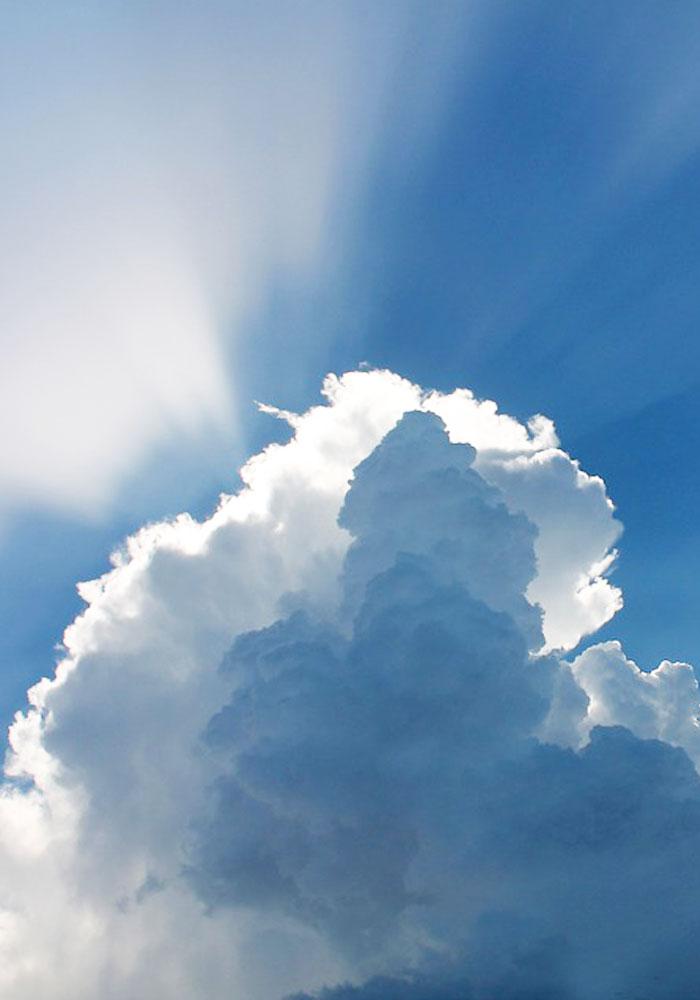 UnUn cielo con una nube que tapa el rayo de sol en relación con las instalaciones de autoconsumo fotovoltaico
