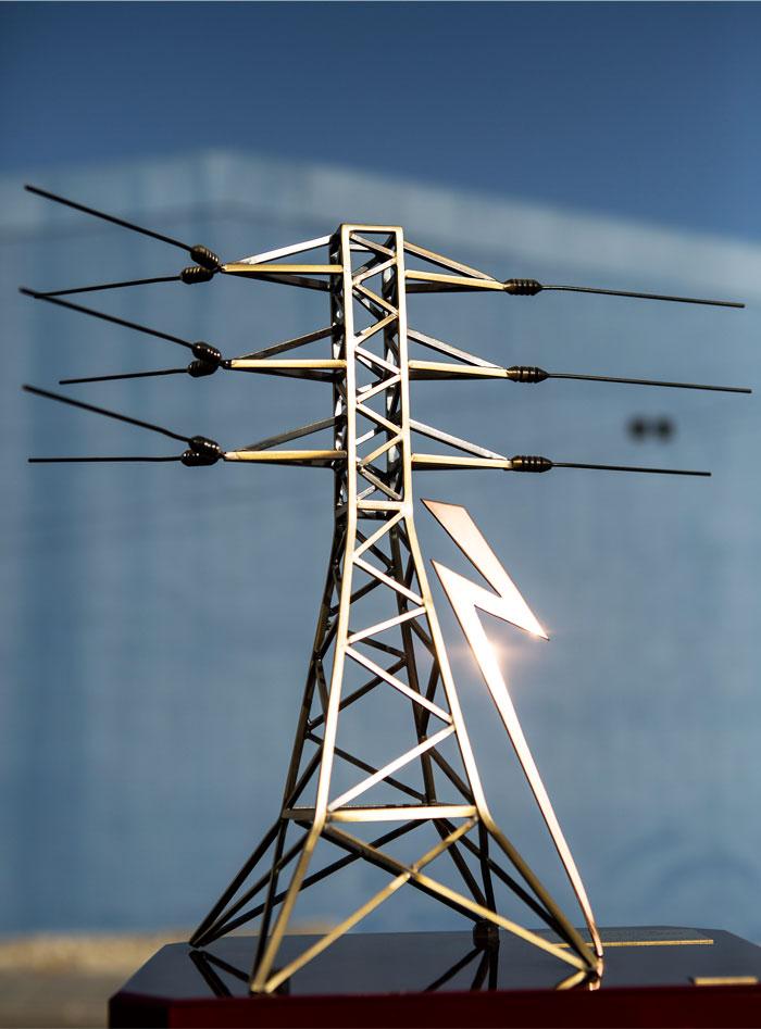 Una figura en miniatura de una línea eléctrica aérea