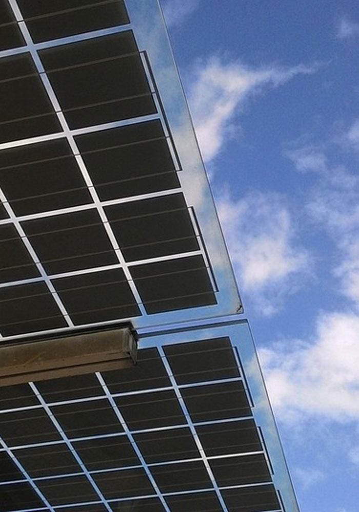 Una placa de bombeo solar fotovoltaico vista desde cerca