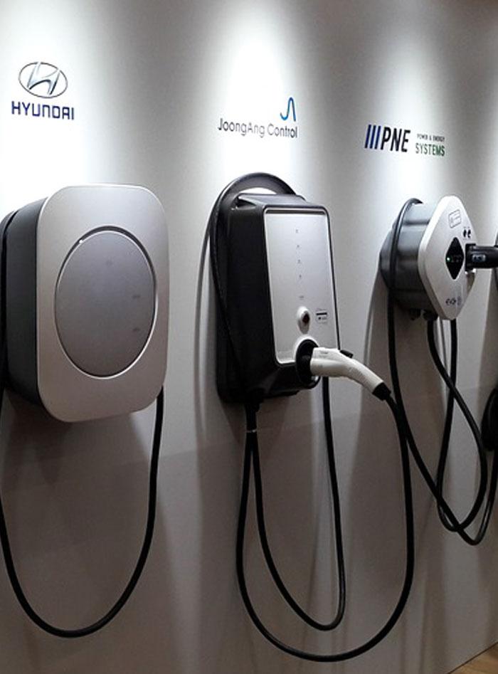 Varios puntos de recarga para vehículos eléctricos