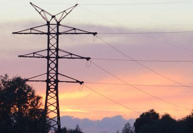 Un poste de luz que pertenece a una instalación de líneas de media tensión aéreas