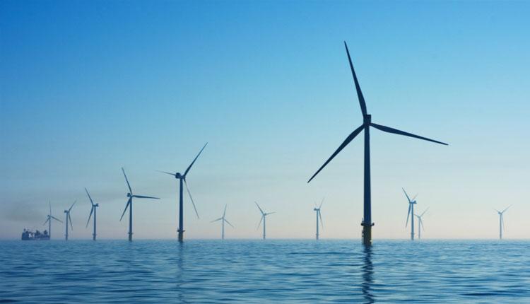 Unos molinos eólicos en el mar como uno de los tipos de energías renovables