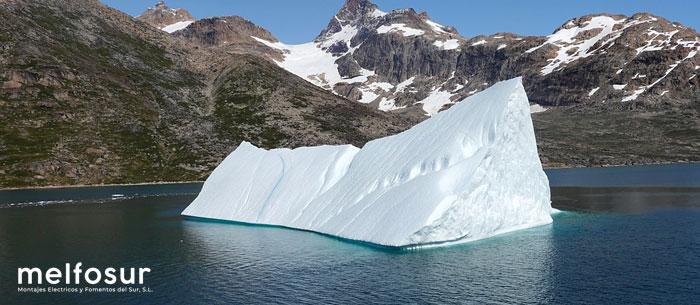 Un iceberg derritiéndose como una de las consecuencias de la pérdida de la biodiversidad y la crisis del clima