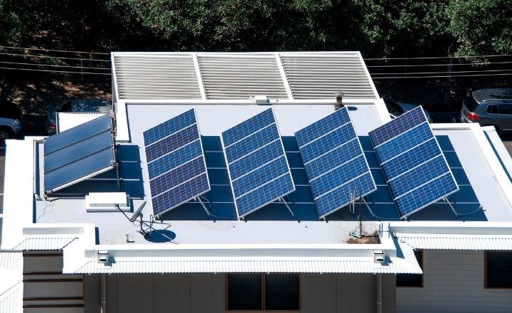 un tejado de una vivienda con placas solares