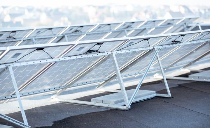 la parte trasera de una instalación de placas solares